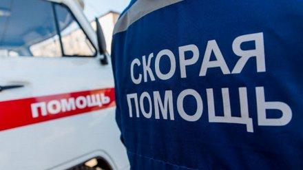 В Воронежской области автомобилистка попала в больницу из-за перевернувшейся иномарки