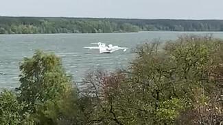 Воронежцы сняли на видео заправку самолёта-амфибии для тушения страшных лесных пожаров