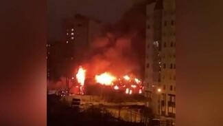 Масштабный пожар случился на складах в Юго-Западном районе Воронежа: появилось видео