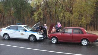 В Нововоронеже спасли женщину с тремя маленькими детьми на «Жигулях»