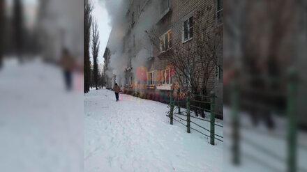 В воронежской пятиэтажке произошёл пожар: 15 жильцов эвакуировали