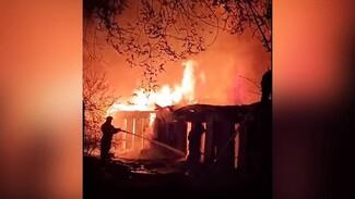 В Воронеже у жилых домов произошёл крупный пожар: появилось видео