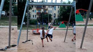 В воронежском дворе уставшие от шума пенсионеры повесили замки на детскую площадку