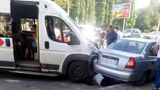 В массовом ДТП с маршруткой в Воронеже пострадали 3 пассажирки