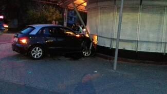 Автомобилистка врезалась в киоск с овощами в Воронеже: 2 человека в больнице