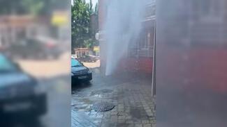 Мощный 10-метровый фонтан забил из-под земли в Воронеже
