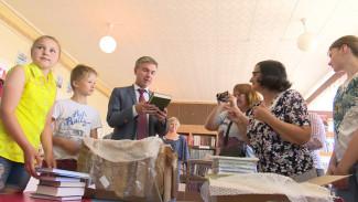 Депутат Госдумы подарил 100 книг маленькой сельской библиотеке в Воронежской области