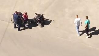 В Воронеже сняли трогательное видео, как мужчина помог выпавшему из коляски инвалиду