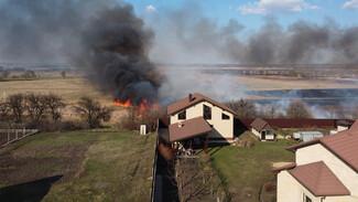 Воронежцы сообщили о пожаре вблизи коттеджей в Отрадном