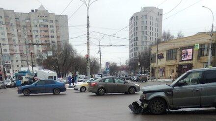 В ДТП со скорой в центре Воронежа пострадали два человека