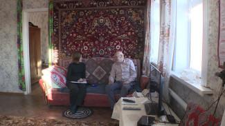Копил два года с пенсии. В Воронежской области дедушка подарил два окна районной больнице
