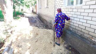 Три месяца в грязи и песке. Как долгожданный ремонт тротуара усложнил жизнь воронежцев