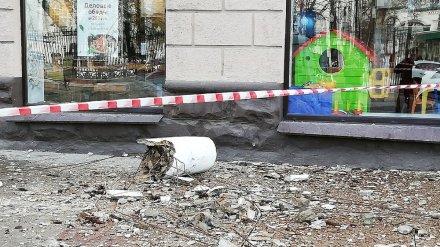 С фасада «сталинки» в центре Воронежа на тротуар обрушилась бетонная колонна