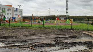 Под Воронежем ведущим малышей в детсад по трассе родителям пообещали тротуар