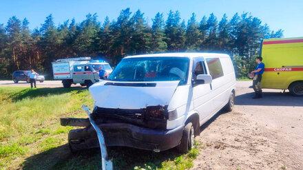 В Воронежской области в ДТП с микроавтобусом и грузовиком пострадали 3 человека