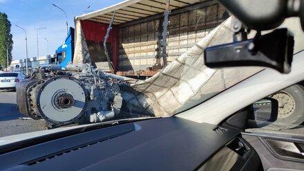 Под Воронежем из-за выпавшего из фуры гигантского двигателя образовался затор