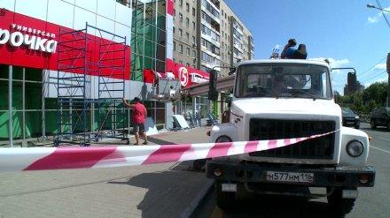 В центре Воронежа разобрали похожий на мавзолей фасад магазина