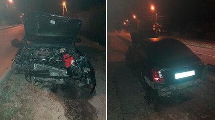 В Воронеже легковушка протаранила забор дома: пассажир погиб