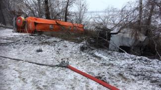 В Воронежской области из перевернувшегося бензовоза на дорогу разлилось топливо