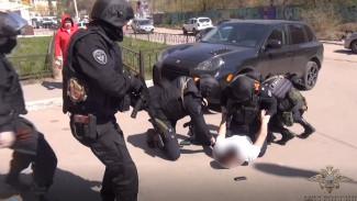 Полиция показала поимку бизнесмена, нелегально устроившего в Воронеже 50 мигрантов