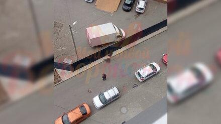 Найденный под окнами многоэтажки воронежец упал с 19 этажа прямо на машину