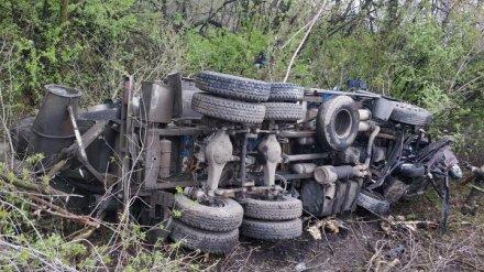 Под Воронежем в ДТП с «КамАЗом» погиб водитель перевернувшейся легковушки