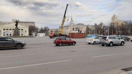 На площади Воронежа начали установку главной новогодней ёлки