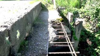 Под ногами – дыры, вместо перил – трос. В воронежском селе 3 года добиваются ремонта моста