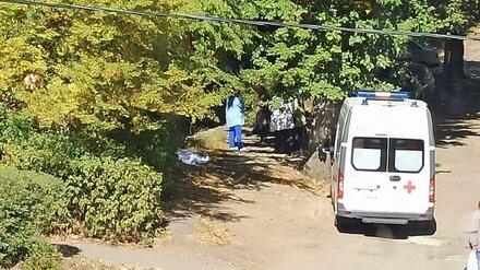 Воронежцы сообщили о выпавшей с балкона пенсионерке