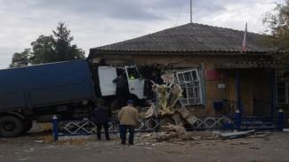 В Воронежской области фура врезалась в здание администрации: водитель погиб