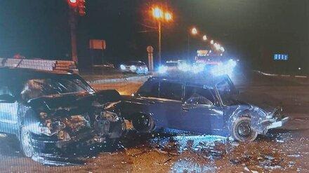 В ночном ДТП на улице Остужева в Воронеже пострадали три человека