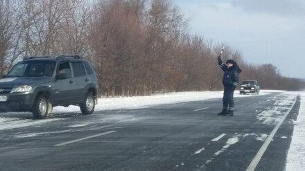 На воронежской трассе «Нива» увязла в снегу, вытягивая «Ладу» по просьбе полицейских