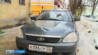 Очередная льдина рухнула в Воронеже на припаркованную у дома машину