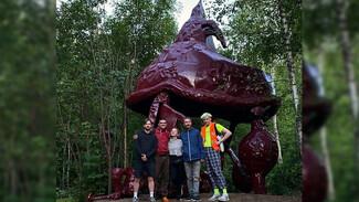 Воронежский художник спрятал огромную сказочную избушку в лесу на крупном фестивале