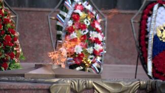 В Воронеже возложили венки и цветы к вечному огню на площади Победы