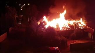Крупный пожар уничтожил частный дом в Воронеже: появилось видео