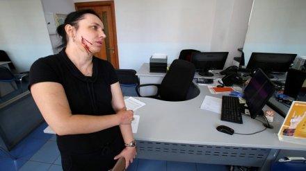 Работница банка проткнула жительнице Воронежа щёку за проклятие