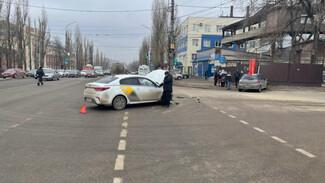 Иномарка после устроенного таксистом ДТП влетела в светофор и сбила воронежца