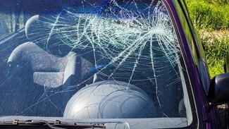 Водитель «семёрки» попал в больницу после аварии с большегрузом в Воронежской области