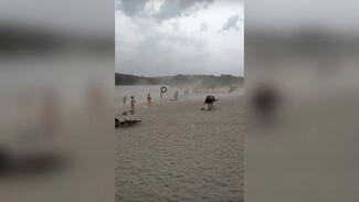 Отдыхающие сняли на видео мощную бурю на пляже в Воронежской области