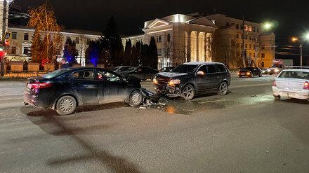 Водитель Volvo устроил массовое ДТП в Воронеже: пострадали 2 человека