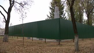 Братскую могилу огородили от воронежцев высоким забором