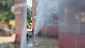 Коммунальщики случайно «запустили» 10-метровый тёплый фонтан в воронежском дворе