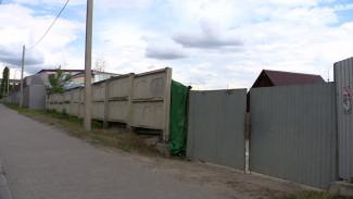 В Воронеже снесённый незаконный забор частной пристани вернули на место спустя сутки