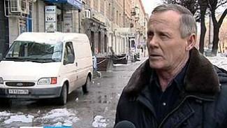 В Воронеже от падения сосулек страдают люди, здания и даже машины