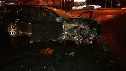 В Воронеже попавший в аварию Mercedes снёс фонарный столб и дерево