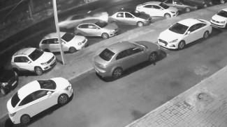 Появилось видео момента ДТП в Воронеже, где Mercedes протаранил 4 припаркованные машины