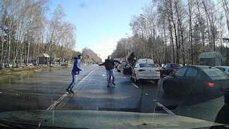 В Воронеже на дороге автомобилист набросился с битой на таксиста: появилось видео