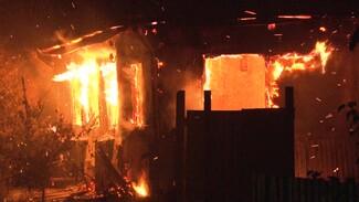 В Воронеже крыша горящего дома обрушилась на людей: есть погибший
