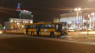 В ДТП с автобусом на площади Ленина Воронежа пострадали два человека
